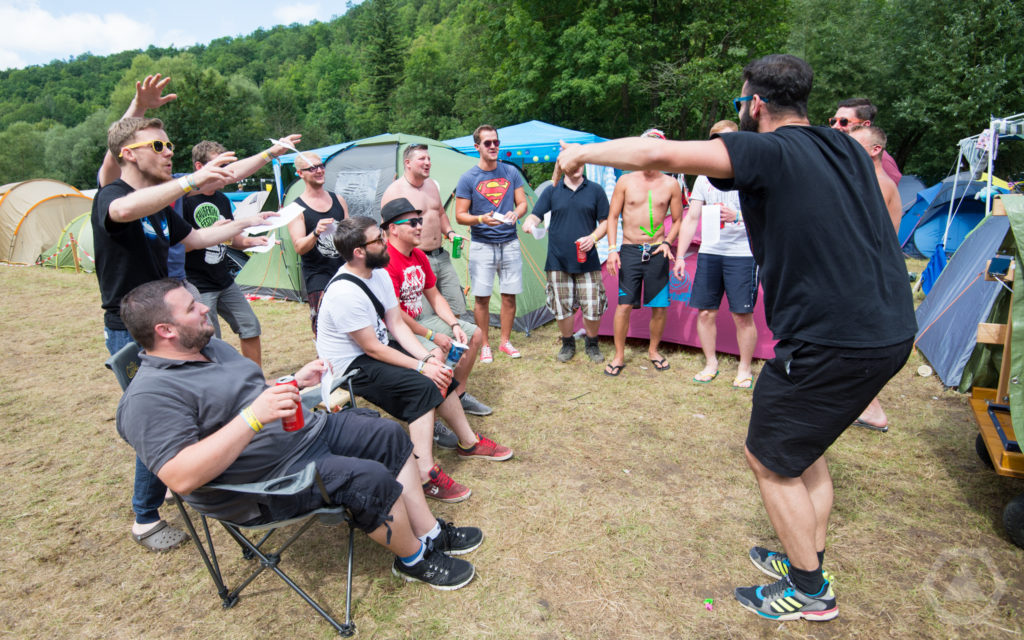 Der Green-Camping Männerchor probt für den Gottesdienst am Sonntag