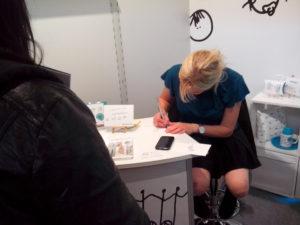 Franziska Benkendörfer beim Zeichnen eines Franzelchen
