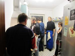 Links im Bild: unsere Theatergäste, der Mann mit der blauen Schürze = Küchenchef