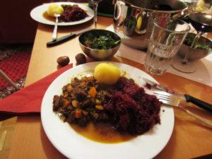 Wildschweingulasch mit Kloß und Rotkohl, dazu Feldsalat und heiße Maroni, nicht im Bild: Pilzpfanne für die Vegetarier