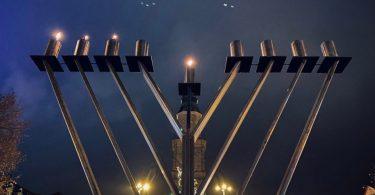Ein Leuchter steht vor der Hugenottenkirche von Erlangen.